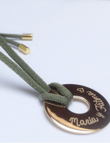 collar con cordón elástico seda con donut dorado grabado
