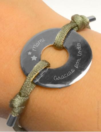 regalo original pulsera plata grabada donut y cordón de colores. Regalos originales a buen precio. Madrid.