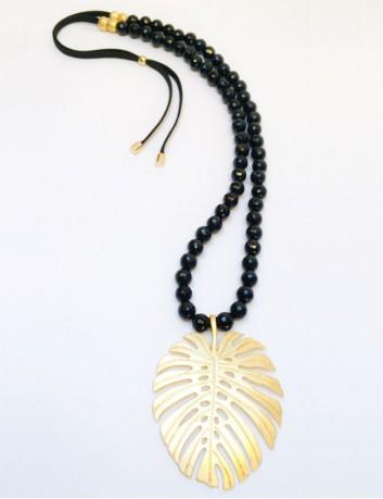collar largo con hoja de palma dorada grande y bolitas en colores. color negro.
